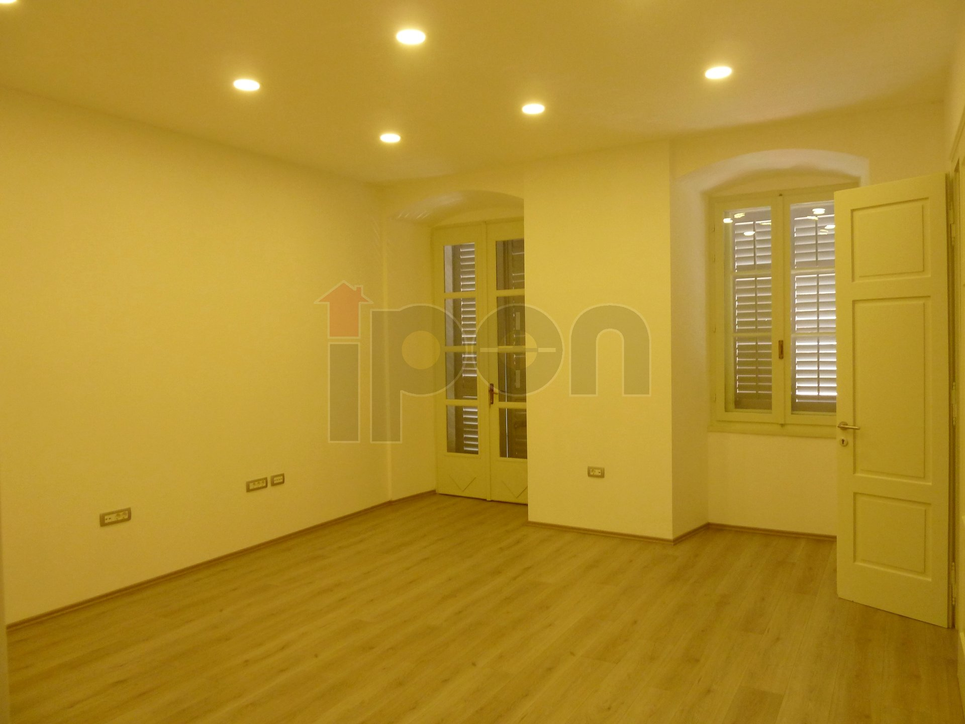 Centar, kompletno adaptiran poslovni prostor na 1. katu